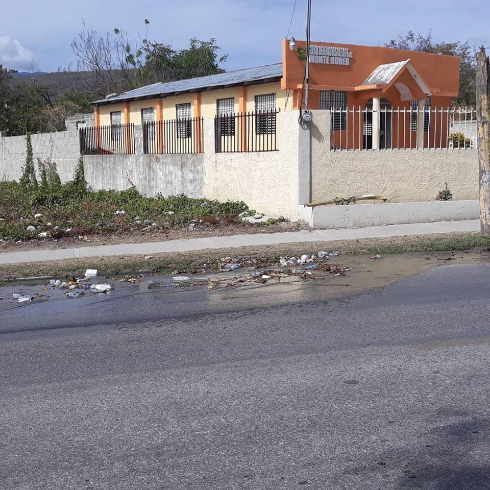 , Fuga de agua en via principal preocupa ciudadanos de Barahona