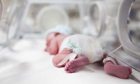 Una bebé nace 'embarazada' de su hermano gemelo