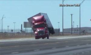 El viento vuelca un camión de Texas