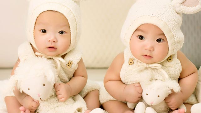 , Una mujer tiene mellizos de dos padres distintos