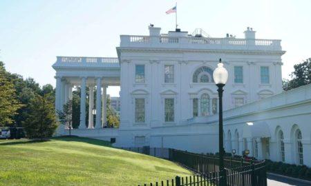 Hombre en silla de ruedas se prende fuego frente a la Casa Blanca