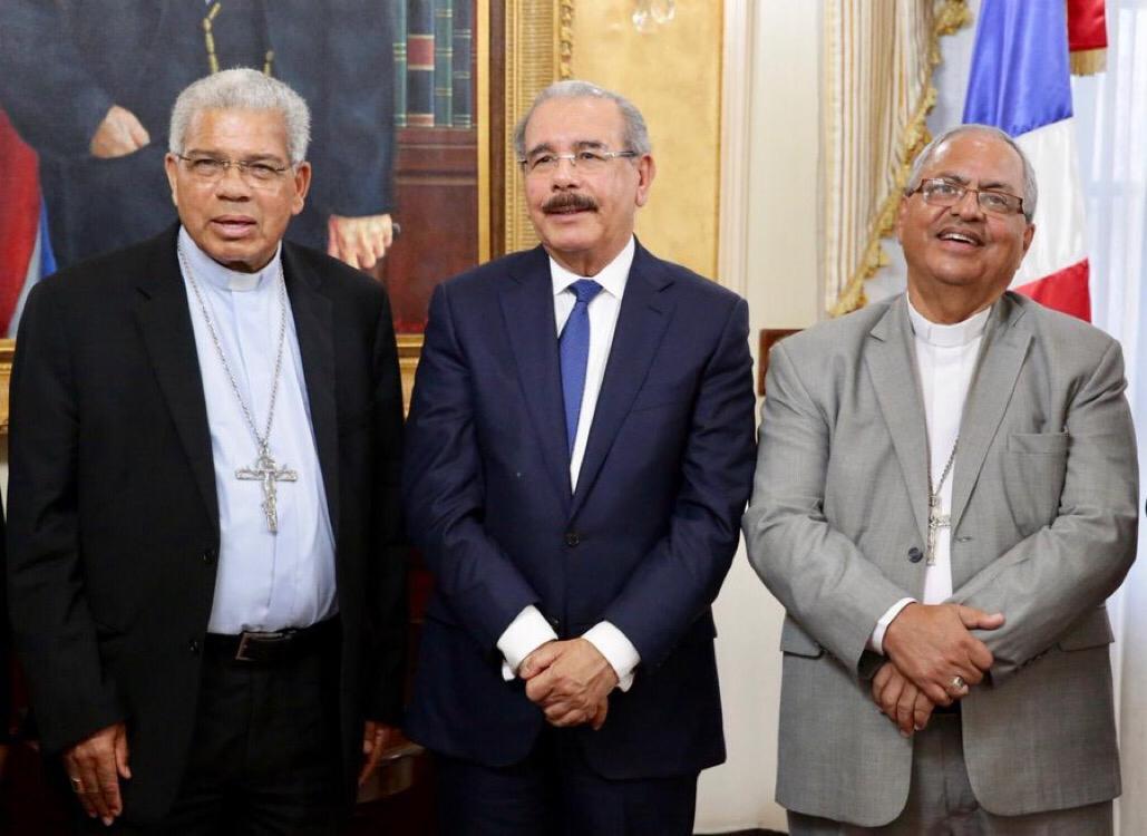 , Danilo Medina recibió en su despacho  a monseñor Francisco Ozoria, arzobispo Metropolitano de Santo Domingo.