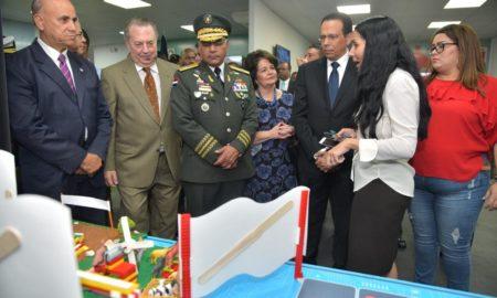 Ministros de Educación, Cultura y Defensa recorren Feria Internacional del Libro