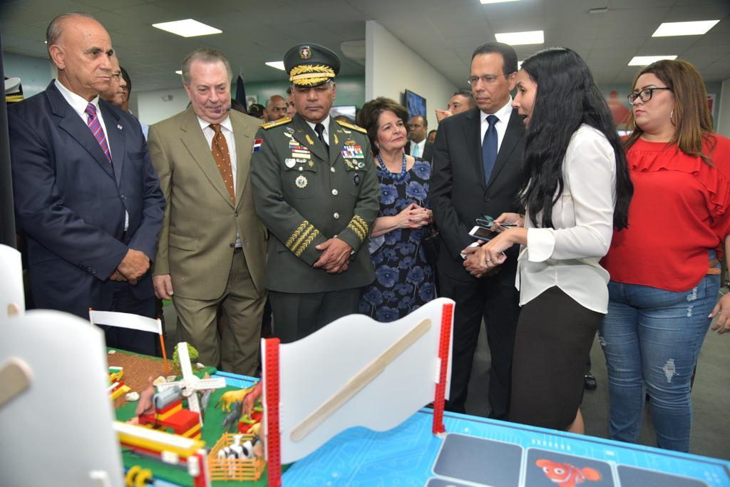 , Ministros de Educación, Cultura y Defensa recorren Feria Internacional del Libro