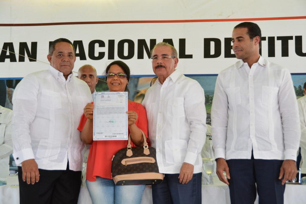 Gobierno entrega 482 títulos definitivos de parcelas y solares en Vicente Noble, Gobierno entrega 482 títulos definitivos de parcelas y solares en Vicente Noble