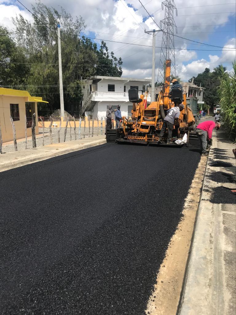 , Continúa el asfaltado en Calles y carreteras de distintas comunidades de RD
