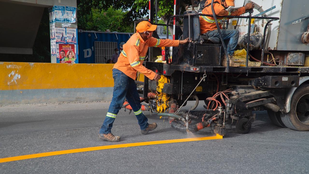 , Alcaldía de Barahona inicia amplio operativo de señalética urbana