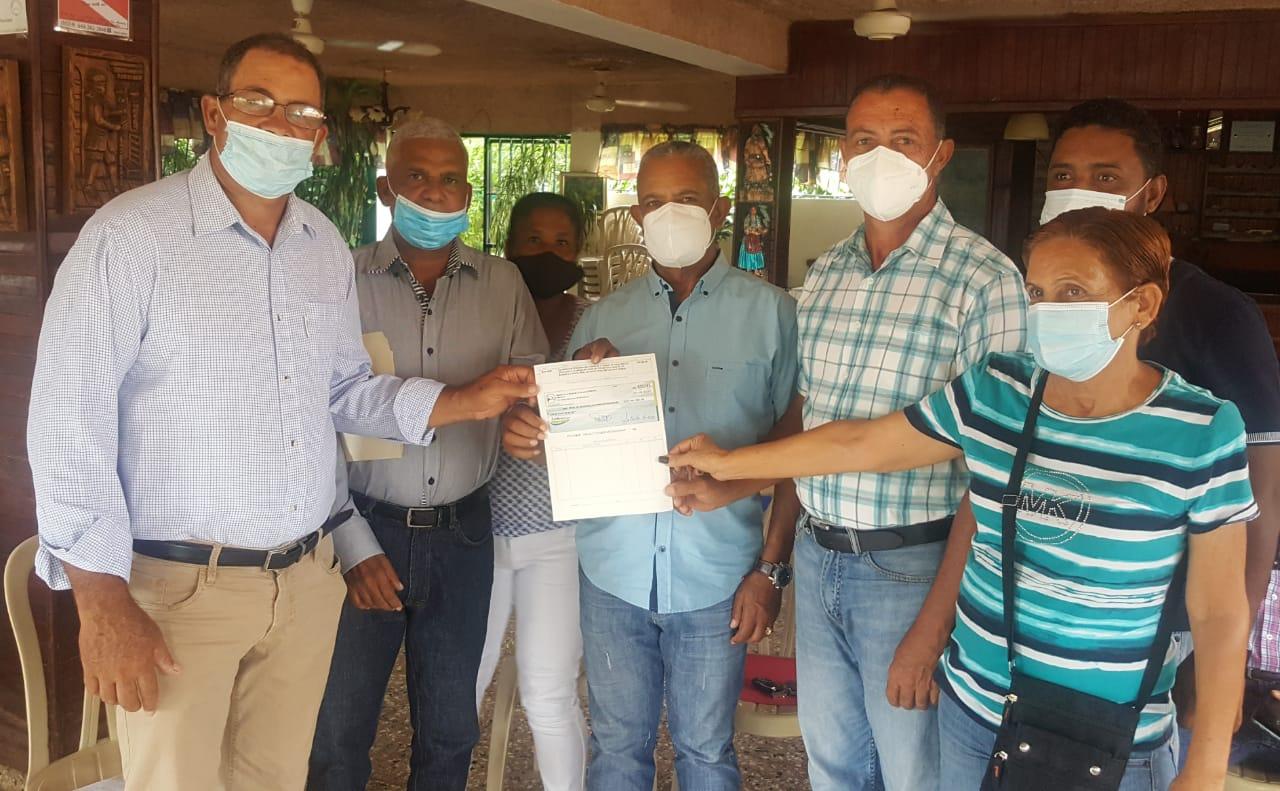 , Productores de Aguacates de Pedernales reciben recursos del INDESUR