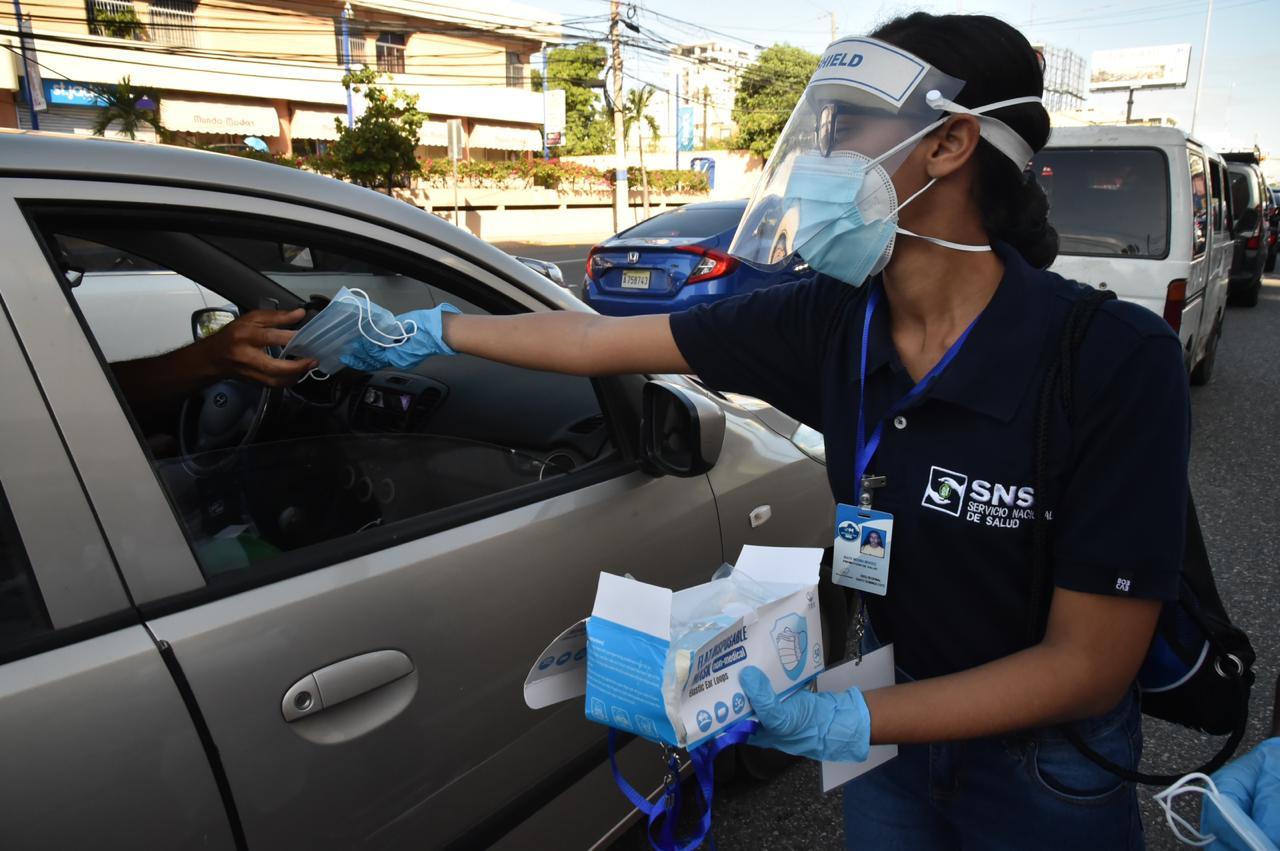 , SNS y ADN entregan mascarillas en diferentes avenidas de la capital