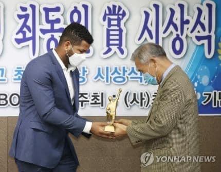 , Cabraleño se convierte en el primer Latino en recibir el Choi Dong-won Award de Korea