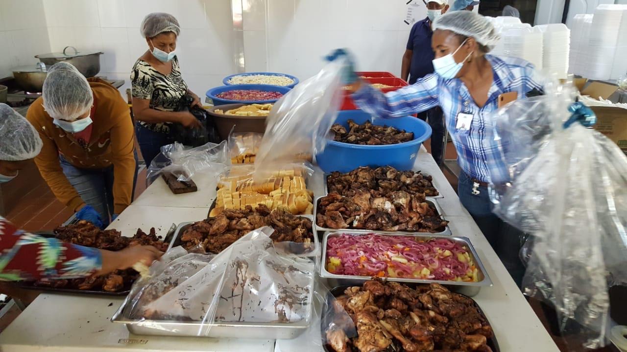 , Comedores Económicos reparten Almuerzo Navideño a apersonas de la Tercera Edad en Cristobal