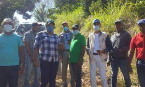 Autoridades y Comunitarios de Peralta en Azua, Agradecen Apoyo del INDESUR en Rehabilitación de Caminos.