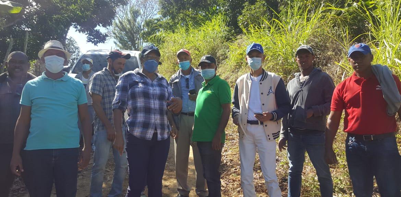 , Autoridades y Comunitarios de Peralta en Azua,  Agradecen Apoyo del  INDESUR en Rehabilitación de Caminos.