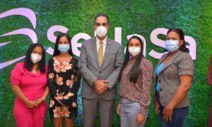 El Dr. Santiago Hazim, director ejecutivo de SeNaSa, junto a las periodistas del Sector Salud y las cronistas sociales.