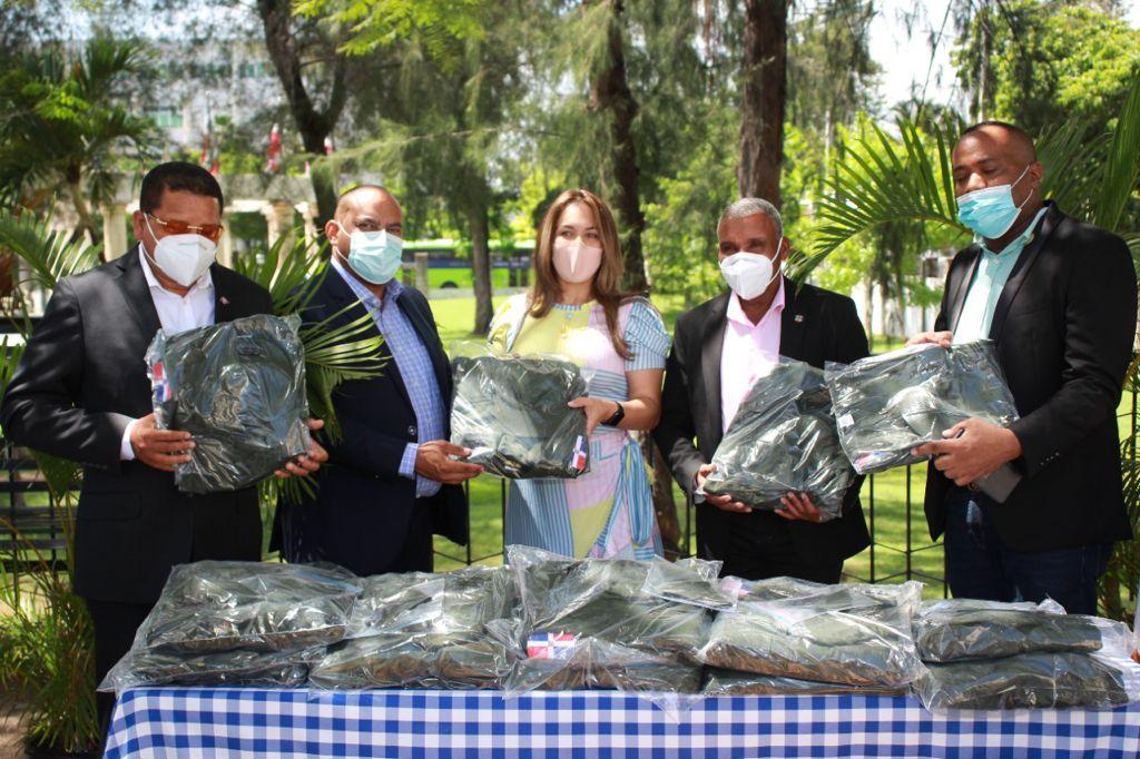 , ADEOFA entrega uniformes a Alcaldes Municipales de Bahoruco