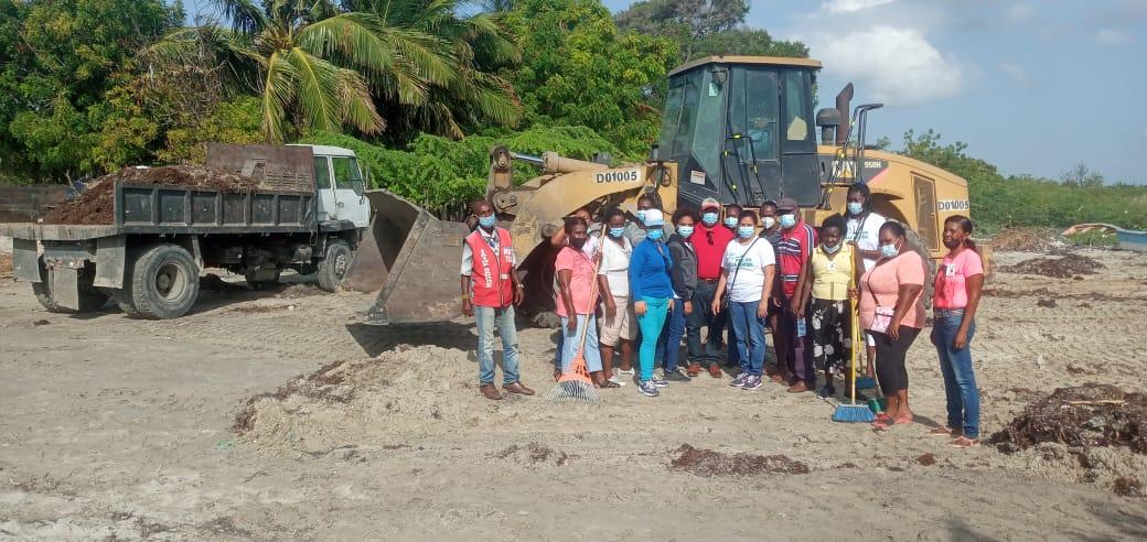 , CAC apoya limpieza playa Las Salinas de Villa Central